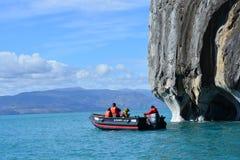 Touristen in einem Boot vor ¡ Capillas de MÃ rmol Felsformationen, Chile lizenzfreie stockbilder