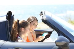 Touristen in einem konvertierbaren Auto, das online Bestimmungsort sucht stockbilder