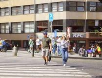 Touristen in einem Kreuz der guten Laune die Straße an einem Fußgängerübergang in der Mitte von Prag lizenzfreies stockbild