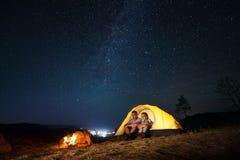 Touristen in einem Lager Stockbild