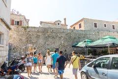 Touristen am Eingang zum alten Teil von Budva in Montenegro Stockbild