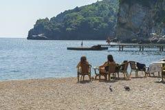 Touristen entspannen sich auf dem Strand Lizenzfreies Stockbild