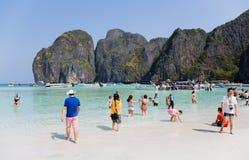 Touristen entspannen sich auf Phi Phi Leh-Insel Lizenzfreie Stockfotos
