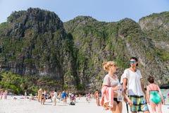 Touristen entspannen sich auf Phi Phi Leh-Insel Lizenzfreie Stockbilder