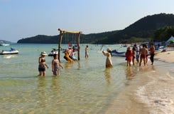 Touristen entspannen sich auf popul?rem Bai Sao-Strand von Insel Phu Quoc stockfotos