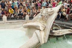 Touristen entspannen sich nahe Fontana-della Barcaccia Lizenzfreie Stockbilder