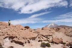 Touristen erforschen Ollague-Vulkan, Uyuni, Bolivien Lizenzfreie Stockfotografie