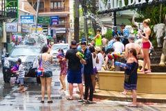 Touristen feiern das traditionelle thailändische neue Jahr, gegossenes Wasser Stockbilder