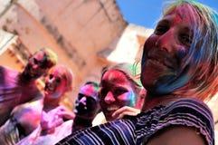 Touristen feiern Holi Stockbilder