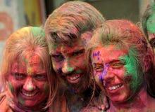 Touristen feiern Holi oder indisches hindisches Festival von Farben eine jährliche Veranstaltung Lizenzfreies Stockfoto