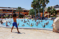 Touristen am Feiertag tun Wasseraerobic im Pool lizenzfreie stockfotografie