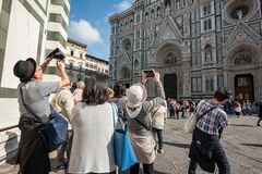 Touristen in Florenz mit Tablette und Smartphone machen Fotos stockfoto