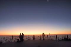 Touristen fotografieren den Sonnenaufgang stockbild