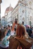 Touristen fotografiert die Basilika von Santa Croce in Florenz, es lizenzfreie stockbilder