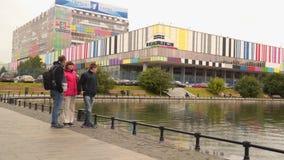 Touristen gegen den Hintergrund das Gebäude des Fernsehens zentrieren ` Ostankino-` stock video footage