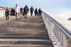 Touristen gehen über Brücke im Bezirk von Venedig hinaus Lizenzfreie Stockfotos