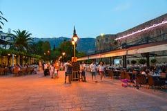Touristen gehen am Abend an den Wänden der alten Stadt, Budva, Montenegro Stockfoto