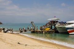 Touristen gehen auf ein Boot, das auf das Phangan schwimmt Lizenzfreie Stockfotografie