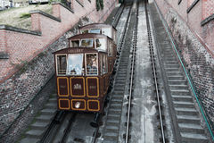 Touristen gehen auf eine Drahtseilbahn auf dem Hügel Gellert Lizenzfreies Stockfoto