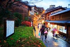 Touristen gehen auf eine Straße, die zu Kiyomizu-Tempel führt Stockfotografie