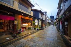Touristen gehen auf eine Straße, die zu Kiyomizu-Tempel führt Stockfotos