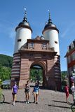 Touristen gehen auf Karl Theodor Bridge Old Bridge über dem Neckar in Heidelberg, Deutschland Lizenzfreie Stockfotos