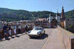 Touristen gehen auf Karl Theodor Bridge Old Bridge über dem Neckar in Heidelberg, Deutschland Stockfotos