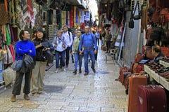 Touristen gehen durch Markt in der alten Stadt Lizenzfreie Stockfotos