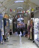 Touristen gehen durch Markt in der alten Stadt Lizenzfreie Stockfotografie