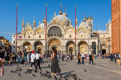 Touristen gehen um die Basilika di San Marco in Venedig stockbild