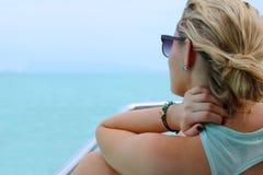 Touristen genießen Ansichten des Meeres auf dem Boot Stockfoto