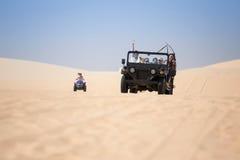 Touristen genießen auf der Wüste durch Jeepauto in mui Ne Stockbild