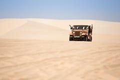 Touristen genießen auf der Wüste durch Jeepauto in mui Ne Stockfoto