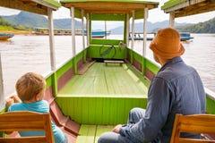Touristen genießen Bootsreise durch den Mekong laos lizenzfreie stockfotografie