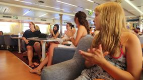 Touristen genießen in der Kreuzfahrtreise - Griechenland stock footage