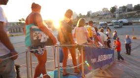 Touristen genießen in der Kreuzfahrtreise - Griechenland stock video footage
