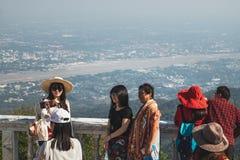 Touristen genießen die Ansicht von Chiang Mai in Thailand stockbilder