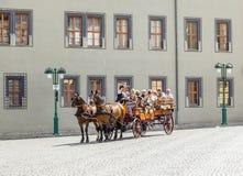 Touristen genießen einen Sightseeing-Tour in Erfurt über Pferdewagen Stockfotos