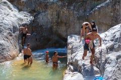 Touristen genießen Kühle von Gebirgsfluss in der Schlucht Kuzdere, Tur Stockbilder