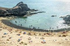Touristen genießen Papagayo-Strand an einem sonnigen Frühlingstag Lizenzfreie Stockfotos