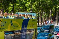 Touristen genießen Sightseeing-Tour auf einem Bus Lizenzfreies Stockbild