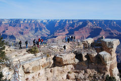 Touristen am Grand Canyon übersehen Stockfotografie