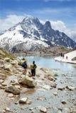 Touristen am Gummilack Blanc in Mont Blanc-Gebirgsmassiv Stockbilder