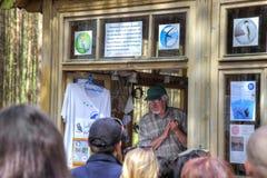 Touristen hören auf einen Vortrag auf Vogelkunde stockfotos