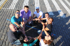 Touristen halten Hände im Kreis auf rotem Sguare an lizenzfreie stockbilder
