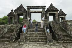 Touristen-Haltung vor Palast-Tor Ratu Boko Lizenzfreies Stockfoto