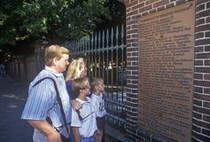 Touristen an historischem gravesite Benjamin Franklins, Philadelphia, PA Lizenzfreies Stockfoto