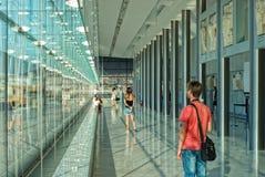 Touristen im Akropolis-Museum Stockbild
