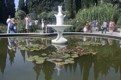 Touristen im botanischen Garten in Krim Stockfotografie