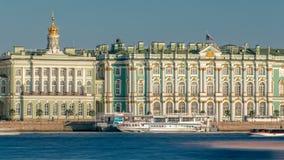 Touristen im Exkursionsboot segeln auf das Neva River-timelapse Auf der Rückseite ist der Zustands-Einsiedlerei-Gebäude-Winter stock video